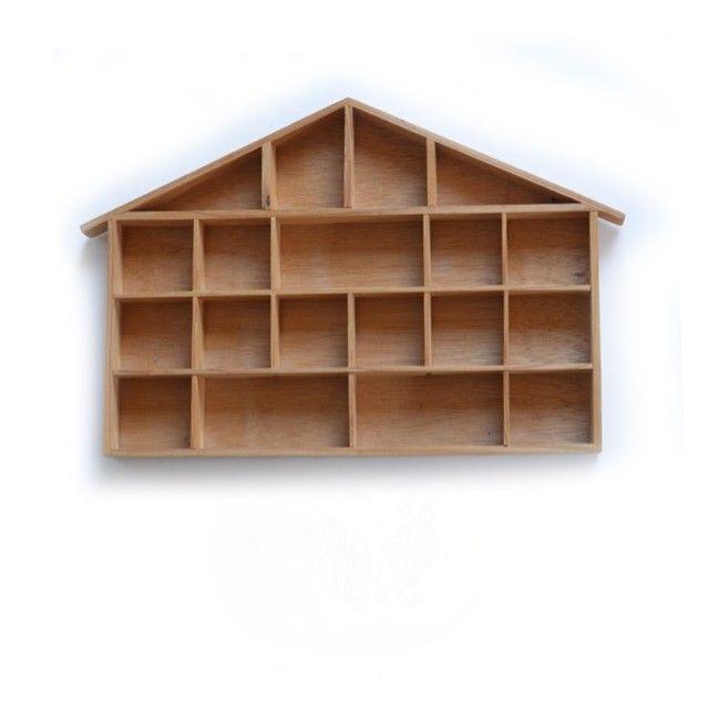 <p>Etagère-casier en bois brut clair vintage en forme de chalet, avec cases de différentes tailles, état d'usage. Pour mettre en valeur vos petits trésors et décorer la chambre de votre enfant. On aime sa forme très décorative !</p>