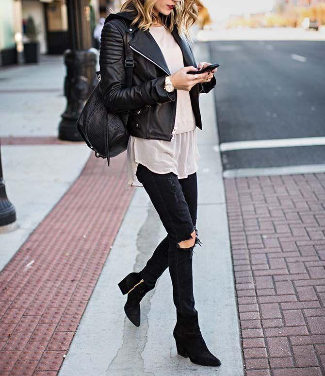 mannequin avec sac dos et perfecto noir en cuir marchant dans la rue