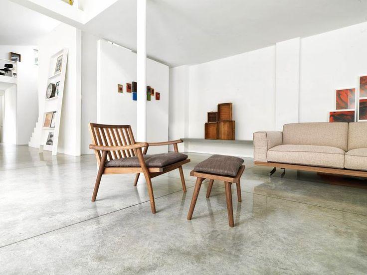 Podłoga z przecieranego betonu to jeden z podstawowych wyznaczników wnętrza w stylu industrialnym. Tu obowiązuje na powierzchni całego mieszkania. Powiększa przestrzeń optycznie i narzuca mu raczej chłodny charakter.