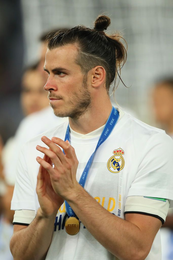 Gareth Bale Of Real Madrid Applauds At The End Of The Fifa Club World Gareth Bale Oval Face Men Long Hair Styles Men