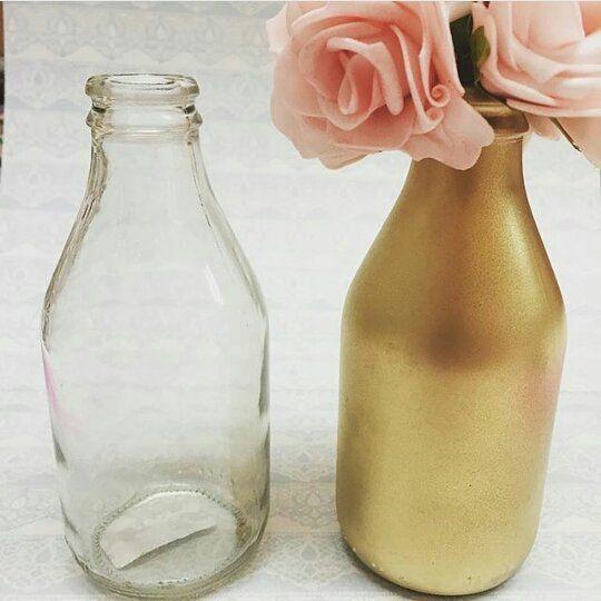 Olhe como uma simples garrafinha de vidro pode ficar charmosa, usando uma tinta spray dourada!  Idéia fofa do @ateliecraft . #festejandoemcasa #ideiasfc #facavocemesmo