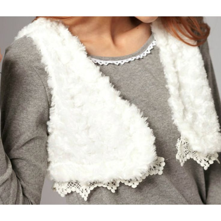 Bij www.miss-p.nl, Leuk kort vestje. Heelijk zacht met kanten randje. Leuk over een basic topje te dragen.