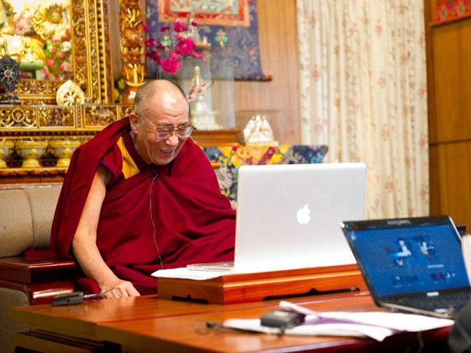 Далай-лама XIV за ноутбуком