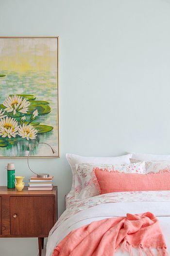 コーラルピンクのベッドカバーやピローで華やかに。