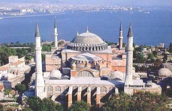 Se dice que la Basilica de Santa Sofia es la obra cumbre del arte bizantino. Se construyo sobre una iglesia dedicada a la Santísima Sabiduría. Fue una antigua Basílica ortodoxa que posteriormente fue reconvertida en mezquita y actualmente en un museo. Está ubicada en la ciudad de Estambul en Turquía.