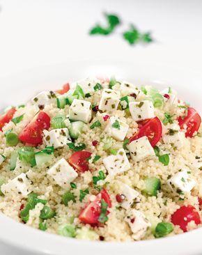 Perinteinen couscous salaattijuuston ja kasvisten kera