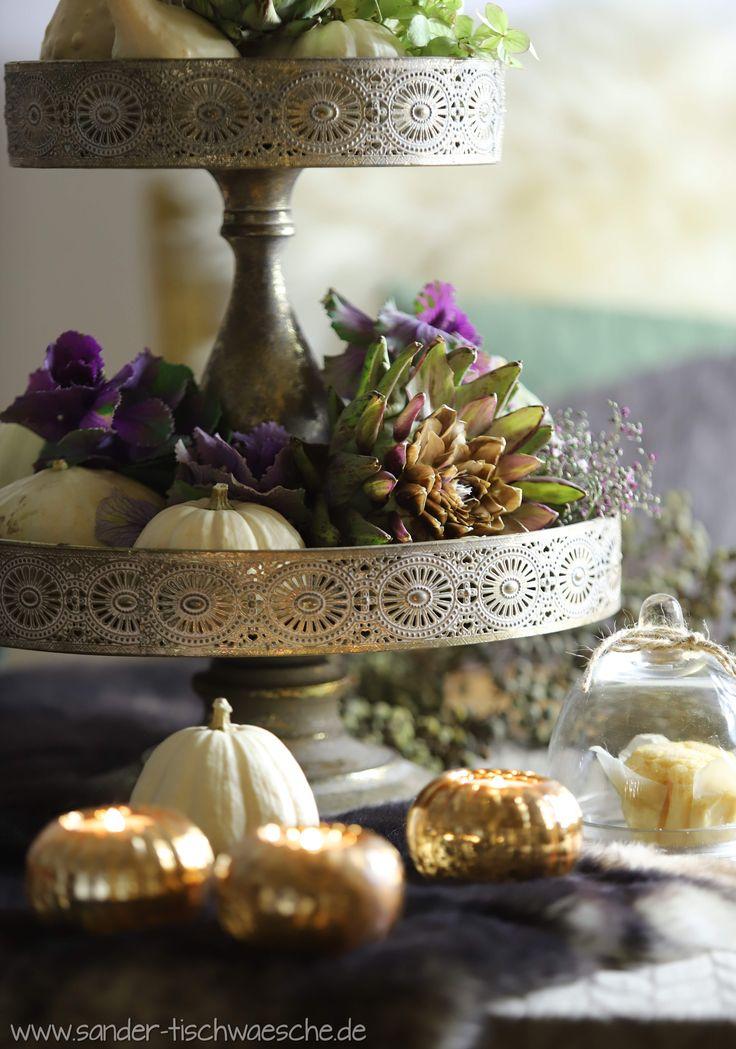 Opulenter Herbst: Auf Der Prächtigen Etagere Kommen Kürbis, Artischocken  Und Zierkohl Bestens Zur Geltung