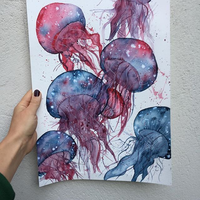 |G I V E A W A Y| Har denne her liggende(størrelse A3), å har heller lyst til å gi den bort til en heldig vinner🌸 Reglene er: 1. Tagg to venner// tag two friends. 2. Deltagere må følge meg/ you have to follow me to win. Vinneren vil bli trukket søndag 09.10🌸 #painting #hobby #drawingoftheday #aquarelle #aquarellepainting #watercolor #painting #jellyfishes #sea #giveaway #giveaways #blue #pencils #instaart #water_galley #WG_artsupplies
