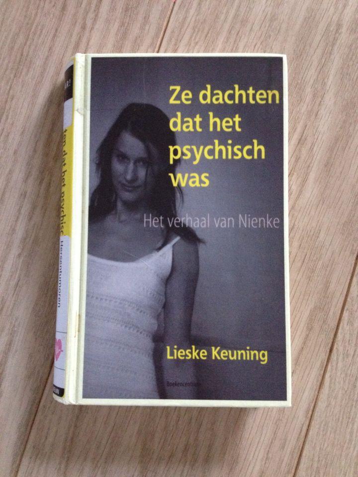 22/53 Lieske Keuning - Ze dachten dat het psychisch was. Waargebeurd verhaal geschreven door de moeder van Nienke. Nienke komt bij de huisarts met ernstige hoofdpijn. Dit werd afgedaan als stress. Uiteindelijk blijkt het om een zeldzame hersentumor te gaan. Bijzonder en ook nu weer aangrijpend verhaal.