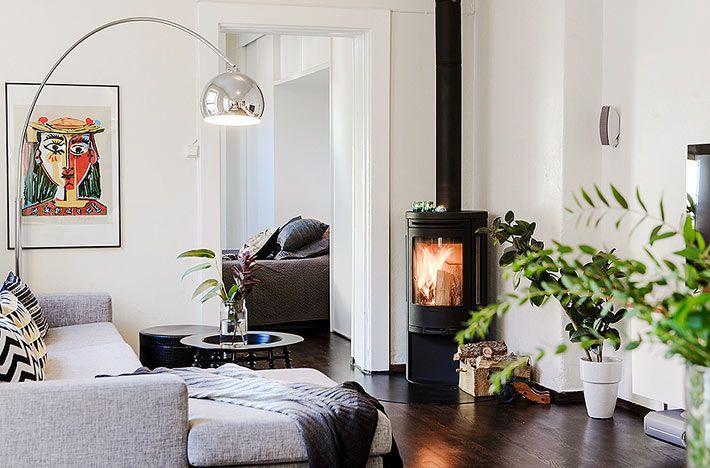 Черный камин в интерьере квартиры