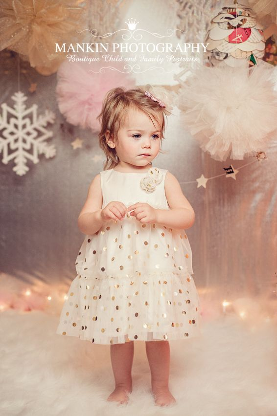 Christmas Portrait | Christmas Mini-Session | Child Photography | Photo Session Idea | Pose Ideas | Prop | Props | Girl | Portrait | Children Photography by Rhonda Mankin Photography