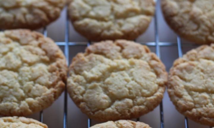 Αυτά τα μπισκότα καρύδας είναιαπλά, νόστιμα και αρκετά οικονομικά! Αποτελούν ιδανικό γλυκό για μικρά παιδιά και όχι μόνο… Εκτέλεση Προθερμαίνετε το φούρνο στους180°C. Απλώστε λαδόκολλα σε δύο ταψιά ψησίματος. Σε ένα μπολ κοσκίνίστε το αλεύρι και στη συνέχεια προσθέστε την καρύδα και τη ζάχαρη και ανακατεύτε καλά. Στη συνέχεια αναμείξτε τα αυγά και το λιωμένο …