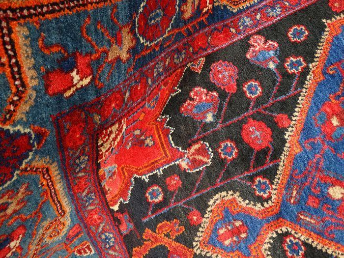 Dit is een handgeknoopt Hamadan tapijt, gemaakt van duurzame, natuurlijke materialen. De manier van knopen en diversiteit in patronen maken dit kleed tot een unicum en benadrukken het authentieke en ambachtelijke karakter.  Hamadan is één van werelds oudste steden, gelegen in het westelijk deel van Iran. Een Hamadan tapijt is te herkennen door de vaak geometrische medaillon in repeterende vorm. Er zijn ook medaillons in bloemmotieven. Hamadan tapijten zijn duurzame tapijten, gemaakt van…