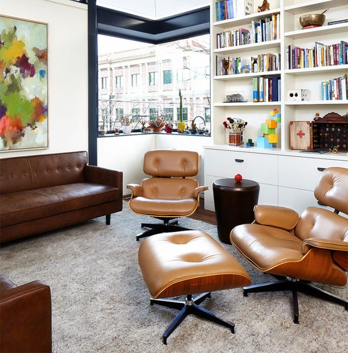 Vocês, provavelmente, já viram a clássica Poltrona Charles Eames em algum lugar. Desde 1956, ela está por aí deixando ambientes muito mais charmosos e chiq