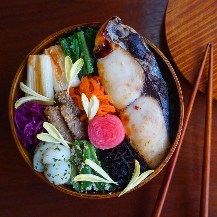今日のお弁当 *. カマス鰆の西京漬のっけおべんでおはようございます♡ 菊花はハートにしちゃった.* *. じゃがりこが大好きで、必ずお家にストックしてるんだけど、昨日何個あるのかな〜って数えてみたら5個もあった❣️ コンビニ限定とか期間限定とかどんどん新しい味でてるから追いつかない〜 そんな今日はおにぎりにする予定が、案の定起きれなくて握れなかった… どんまい、わたし さてさて、火曜日。 寒さに負けないようにモリモリ食べて、元気いっぱい笑顔で頑張りましょーね✨ *. *. *. #foodpic#delistagrammer#lunch#lin_stagrammer#obento#bento#onthetable#healthy#yum#instagood#kurashirufood#cookingram#IGERSJP#nisnap#dailyinstagram#도시락#朝時間#delimia#デリミア#つくおき#作りおき#のっけ弁#のっけ弁当#日々#クッキングラム#クッキングラムアンバサダー#日本が笑顔になるご飯#日本が元気になるご飯...