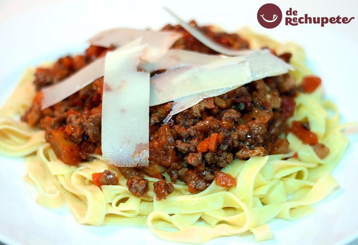 Cómo preparar una de las salsas más famosas de Italia, la salsa a la boloñesa. Siempre con las tagliatelle de huevo o tallarines a la boloñesa. Perfecta para canelones, lasaña o polenta. Preparación paso a paso y fotos.