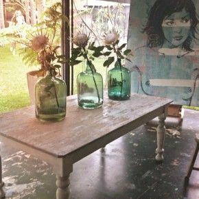de sfeer van glaswerk:Vergelijkbare flessen en vazen zijn te koop bij www.old-basics.nl ook zijn daar vergelijkbare oude tafels te vinden