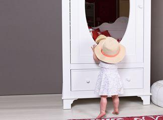 Sierlijk belijnde kast met spiegel Romantic Bopita, met brocante uitstraling. In deze serie leveren wij diverse bijpassende meubels. Met ornament.