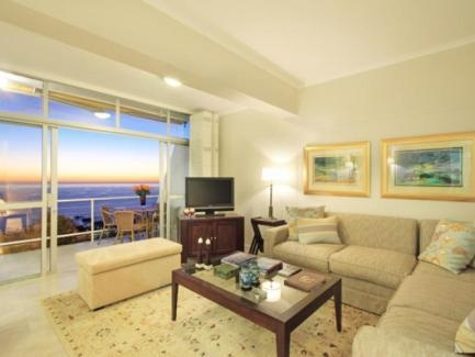 ...with two balconies and deck terrace with ocean view, sleeping up to 5 people and located in the splendid Camp Bay area, along the gorgeous shore of Cape Town.