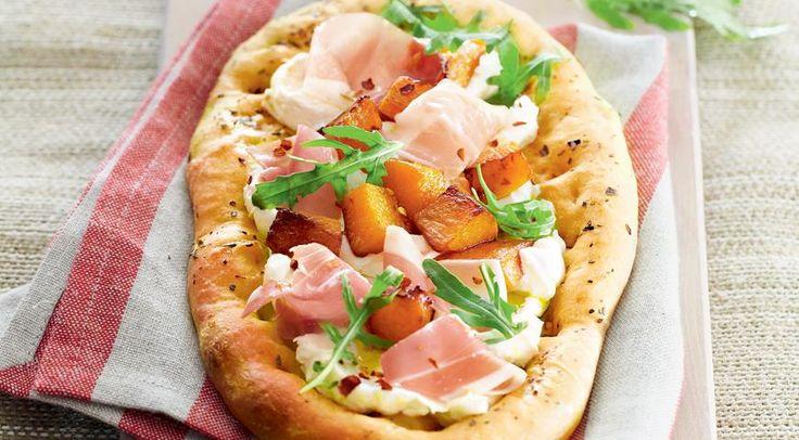 Мини-пицца с тыквой, козьим сыром и ветчиной