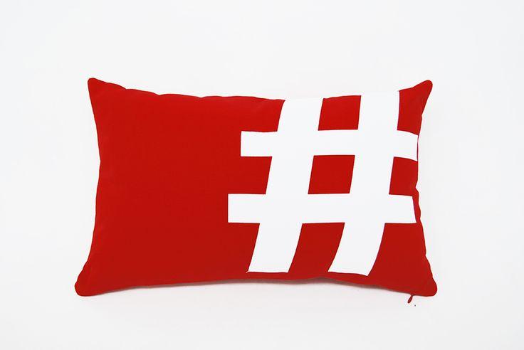 PILLO Realizzato da mani esperte, coniuga artigianalità con tecniche innovative utilizzate per il taglio dei decori. I tessuti sono di produzione italiana e la sua soffice imbottitura è prodotta tramite il riciclaggio di bottiglie in PET provenienti dalla raccolta differenziata urbana. #Pillo #cuscino #soffice #riciclato #pet #rosso #nero #bianco #sostenibile #grafica #arredo #pillow #cushion #soft #recycle #red #black #white #sustainable #graphic #homedecor #design #madeinitaly