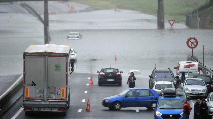 Inondations et crues: alerte rouge dans le Loiret et la Seine-et-Marne - l'autoroute A10 bloquée mardi 31 mai 2016 par les eaux