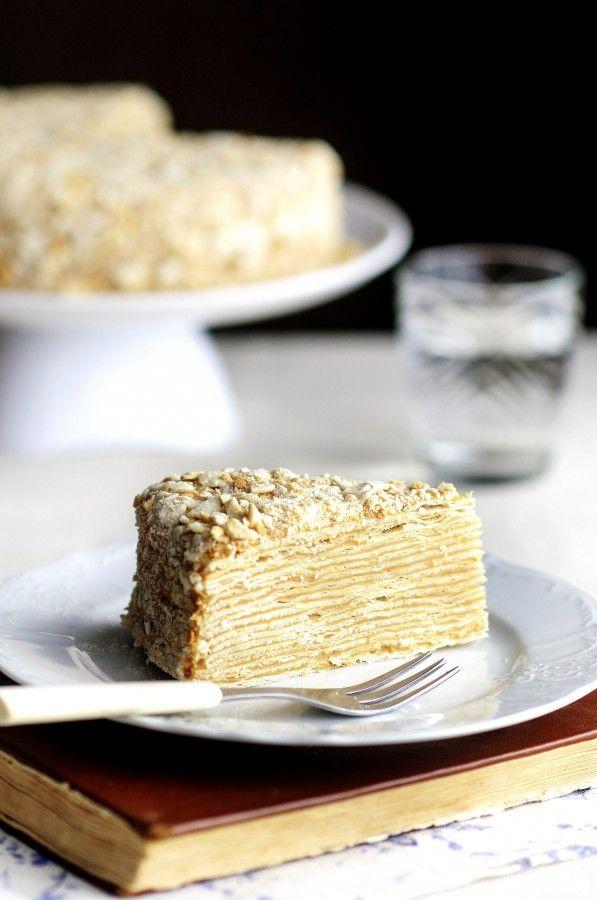 Давно хотела сделать совершенно простой, гармоничный, спокойный, не яркий и не слишком приторный по вкусу домашний торт. Этот Крепвиль по рецепту Алены…