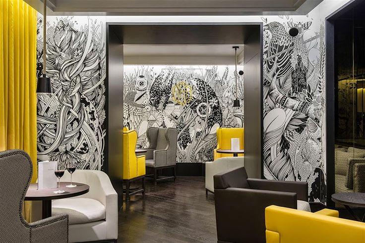 L'Hexagone - esthetisme décoratif et culinaire - ♡ On aime : Les pointes de jaune dans cet intérieur noir & blanc  & Les motifs au mur ✐ On retient :  Jaune + noir très tendance & L'encadrement noir de la porte et le sol très foncé pour un effet plus graphique