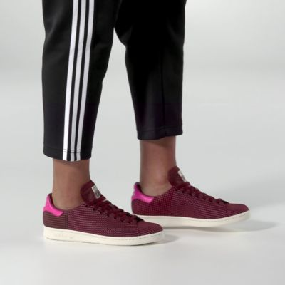 The Stan Smith debuted as a pro-level tennis trainer in the '70s. It wasn't long before its crisp, clean aesthetic made it a crossover favourite off the court. This version of the iconic shoes gets a special touch from an upper made in multicoloured fabric sourced from Denmark's most famous textile fabric manufacturer, Kvadrat. A contrast heel patch and rubber cupsole keep the look grounded in adidas Originals heritage.