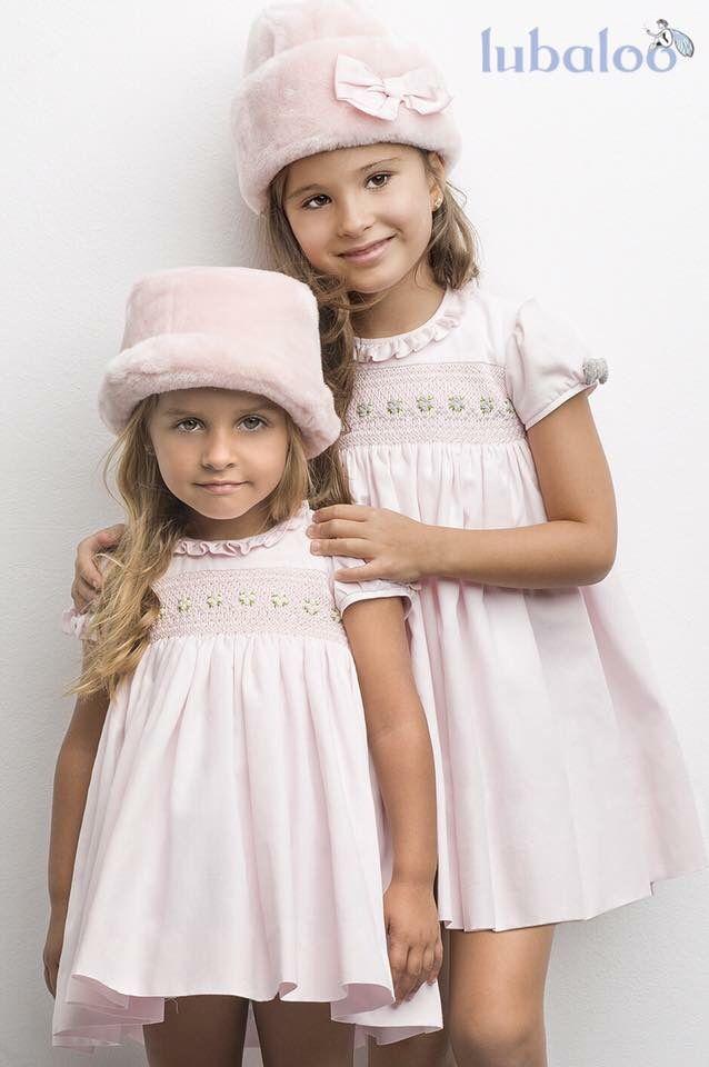 Vestidos en rosa pastel con punto smock bordado a mano, en diferentes tonos, gris o beige. ¡Uno de los más dulces de nuestros diseños!