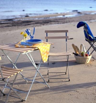 La empresa Ikea nos propone este set de sillas y mesa de madera y hierro para el jardín tanto para las ciudades sin costa como las ciudades playeras.