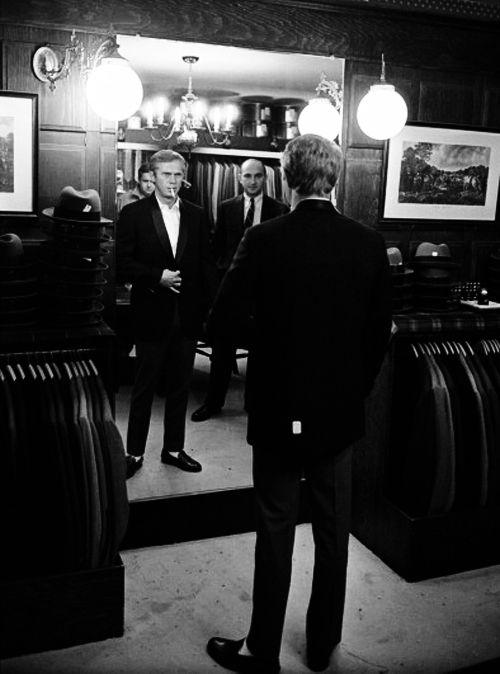Steve McQueen vérifie son reflet, comme il essaie un costume dans un magasin, Hollywood, en Californie, Juin 1963. Photo par John Dominis