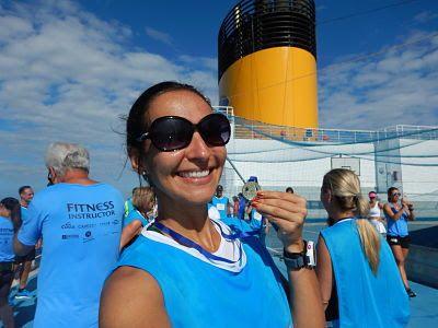 Com a medalha recebida após a competição de corrida que teve durante a última aula no Cruzeiro Fitness no navio Costa Fascinosa.