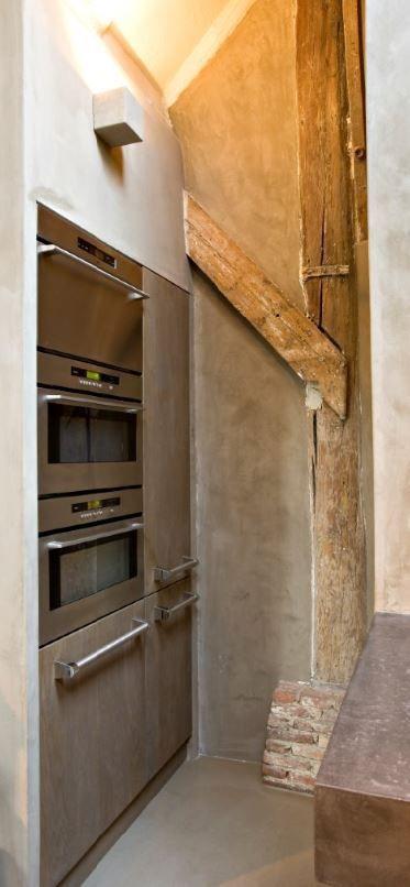 Apparatenwand verwerkt in nis met massief 3-laags eiken houten fronten - The Living Kitchen B.V. by Paul van de Kooi