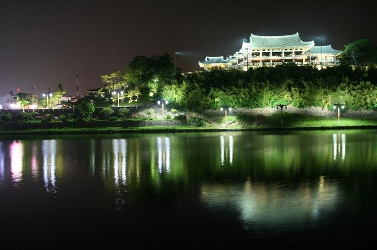 @ 2012.5.25  밀양 영남루  우리나라의 4대 루(樓) 중의 한 곳으로 야경이 뛰어나다.