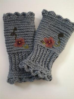 i heart handicrafts: Winter Pansies Hand Warmers free pattern