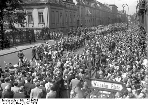 Aufziehen der Marine-Ehrenwache zur Erinnerung an den Tag der Skaggerak Schlacht vor dem Reichspräsidenten Palais in der Wilhelmstraße in Berlin ! Unter dem Jubel der Bevölkerung zieht die Skagerrak-Ehrenwache vor dem Präsidenten Palais auf.