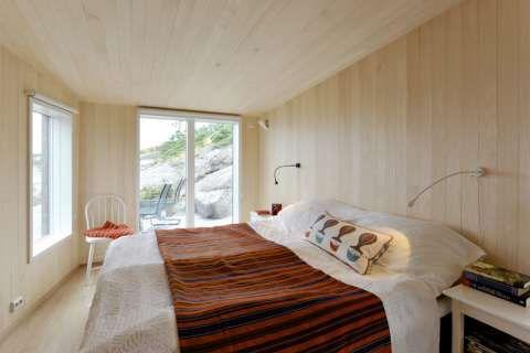 GODE SOVEROM: Det største soverommet har fått god plass til en dobbeltseng med nattbord på hver side.