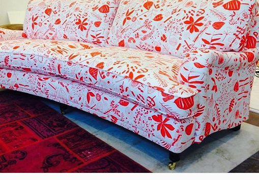 """Svängd 3-sits howardsoffa i Livstycket """"Livstycket i det gröna"""". Tyg, mässing, mönster, röd, orange, soffa, howard, vintagematta, matta, vintage, möbler, inredning. http://sweef.se/sweef-lyx/177-lejonet-livstycket-edition.html"""