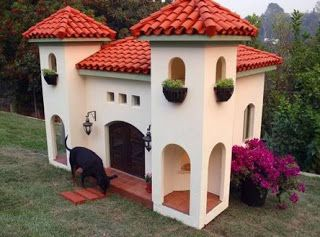 #Casas originales de #perros . Ideal en el #Jardin http://pinterest.com/martablasco/boards/