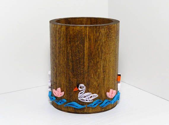 Portapenne in legno con anatroccoli  Creato a mano e decorato con la tecnica quilling.  La tecnica quilling consiste nel arrotolare e modellare strisce di carta di diverse dimensioni, incollandole insieme per creare forme e oggetti. Le strisce di carta sono in seguito impermeabilizzate con smalto per evitarne il deterioramento della carta.   ► Colore: Marrone, Bianco, Azzurro, Rosa  ► Dimensioni: 9 cm x 9 cm x 10 cm  ► Legno e Carta   Se avete bisogno di quantità, colori o lunghezze diverse…