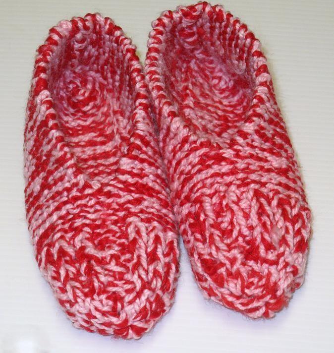 Ce modèle est vraiment vite fait. En tricotant avec 2 brins de laine de couleurs différentes, on obtient de très beaux coloris et une pantoufle plus chaude et durable ! Version imprimable Fournitur…