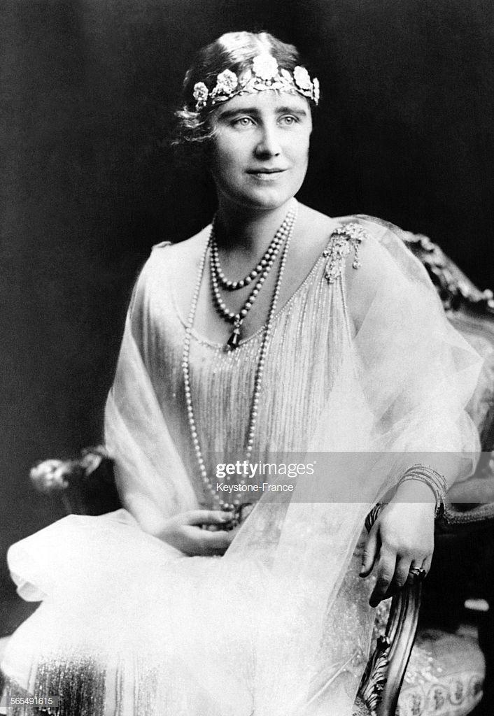 Elizabeth Bowes Lyon Future Reine D Angleterre Pose Assise Sur Un Queen Mother Strathmore Rose Tiara Royal Tiaras
