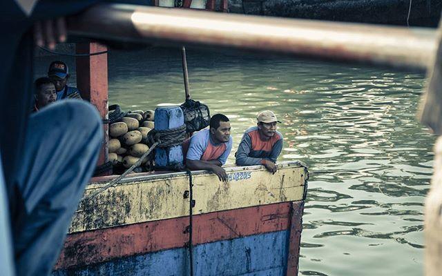 Bagaimana keadaan layar utama tuan kapal. #portrait #candid #nikon #nikontop #d90 #human #social #culture #active #love #pacitan #sea #discoverpacitan #explorepacitan