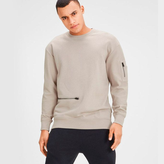 Unconventional zipper placements for a cool street look. Check this detailed sweatshirt | JACK & JONES