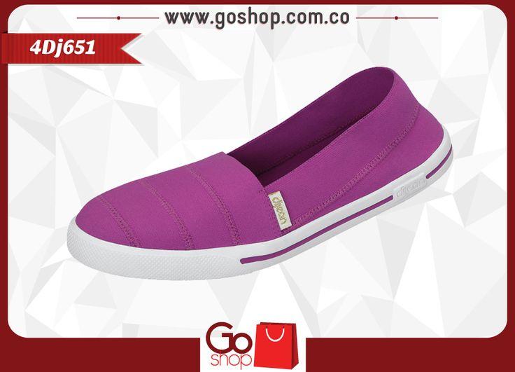Zapato causal cerrado color pink (lila,rosado) de material textil y sintético, capellada a un solo tono con costuras y resorte al calzar proporcionando mayor agarre y confort al caminar; elegantes y descomplicadas