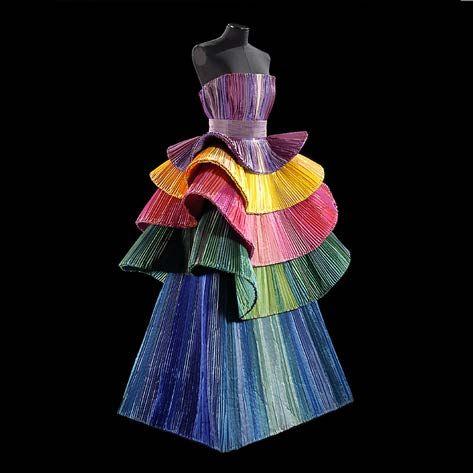 Roberto Capucci - Cappucci geeft de indruk dat deze jurk beweegt door de golvende vorm en de verschillende delen van de rok die opa elkaar geplaatst lijken