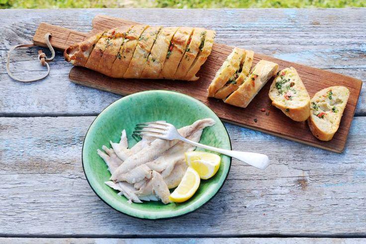 Kijk wat een lekker recept ik heb gevonden op Allerhande! Forel in krant met barbecuestokbrood