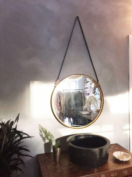 Wonderful Kult, rundt speil med hempe i grått skinn. Hempen er 60 cm lang og RD-48