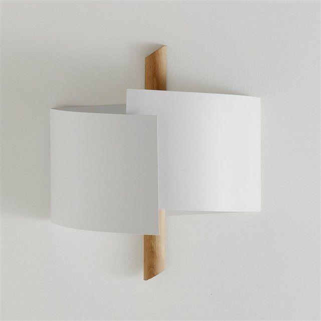 En plus de diffuser une belle et douce lumière, l'applique design Stolico, en bois et métal, affiche sa ligne résolument moderne ! Descriptif de l'applique design Stolico :2 douilles E14, pour ampoules fluocompactes 11W maxi (non fournies). Ce luminaire est compatible avec des ampoules des classes énergétiques : A-B-C-D-ECaractéristiques de l'applique design Stolico :En hêtre, Base en métal blanc mat.Retrouvez notre collection de luminaires sur laredoute.fr. Dimensions de l'applique design…